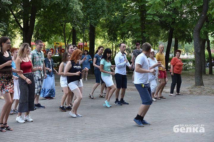 Гомельчане вышли на улицу танцевать латино