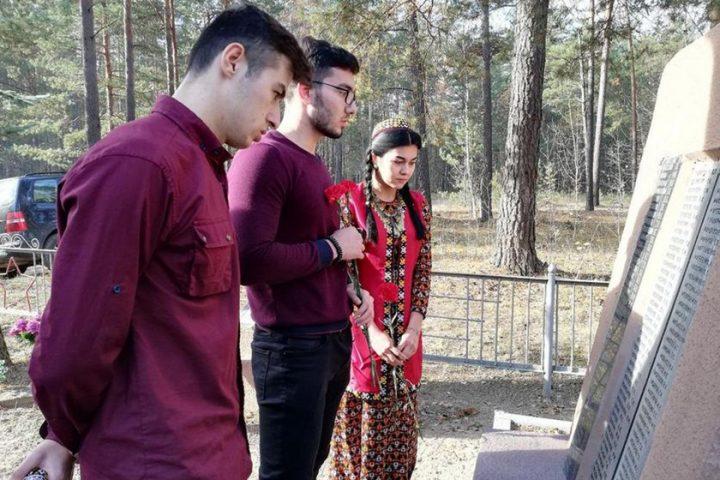 studenty-iz-turkmenistana-i-tadzhikistana-posetili-mogily-zemlyakov-pavshix-pri-osvobozhdenii-belarusi2