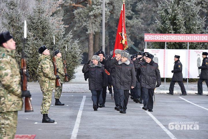 andrej-smirnov-prostilsya-s-boevym-znamenem-chasti-5525-novym-komandirom-brigady-stal-viktor-zhadobin2