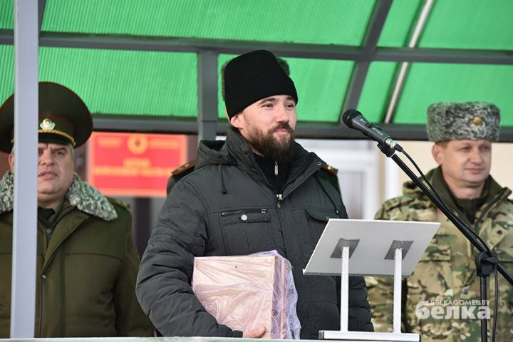 andrej-smirnov-prostilsya-s-boevym-znamenem-chasti-5525-novym-komandirom-brigady-stal-viktor-zhadobin3