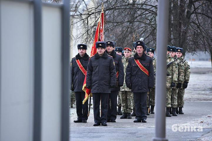 andrej-smirnov-prostilsya-s-boevym-znamenem-chasti-5525-novym-komandirom-brigady-stal-viktor-zhadobin8