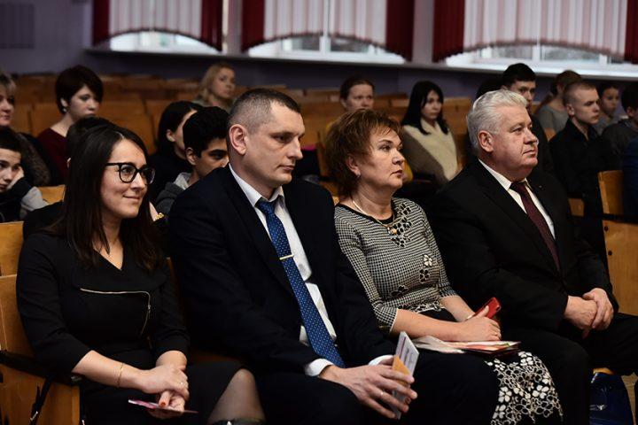 sirotam-sovetskogo-rajona-vruchili-podarochnye-sertifikaty-na-rozhdestvenskie-podarki8