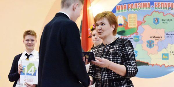 predstavitelyam-talantlivoj-molodyozhi-sovetskogo-rajona-vruchili-ix-pervye-pasporta5