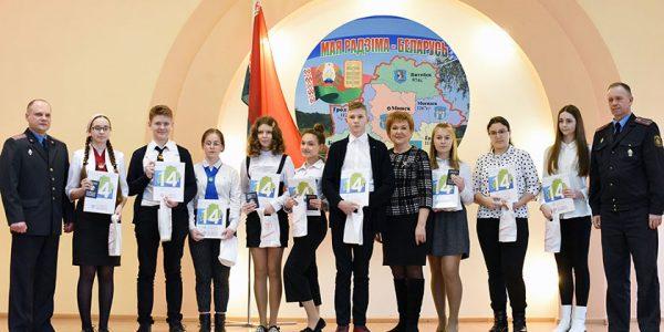 predstavitelyam-talantlivoj-molodyozhi-sovetskogo-rajona-vruchili-ix-pervye-pasporta6